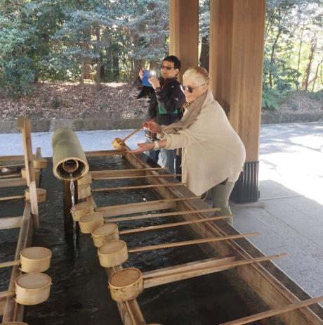 purification par l'eau avant l'entrée dans le temple