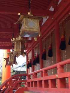 KYOTO Fushimi Inari Shrine Actionner la cloche pour un voeu